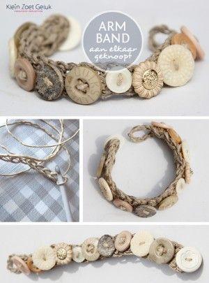 Armbandje gemaakt van jute of touw met knopen.