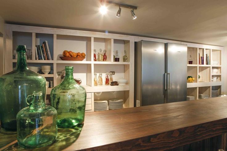 Nuestra barra de cocina, perfecta para acompañar al chef mientras termina sus preparaciones.