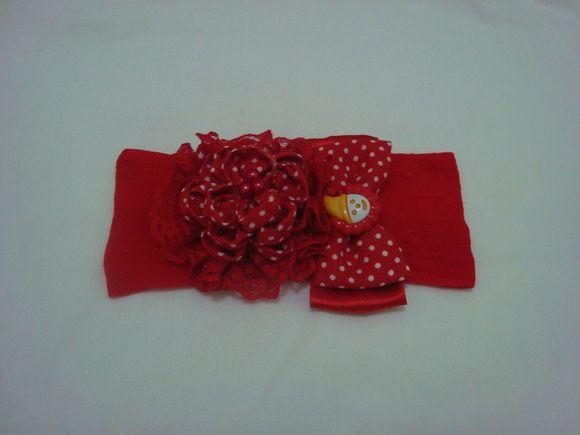 Faixa infantil em meia de seda vermelha com flor em tecido com bico vermelho e laço vermelho. R$ 12,90