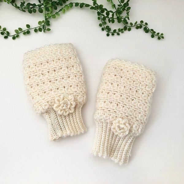モヘアの毛糸で編みました、お花付の可愛いハンドウォーマーです。玉編で編んでいます。柔らかくて女性らしいデザインとなっています。指先が出るのでスマートフォンの操作も可能です。中にボアが付いているので暖かいです。※毛糸の種類や色の変更のオーダーも可能ですので、お気軽にお問い合わせください。●カラー:ホワイト●サイズ:20×11㎝(手首周囲:16㎝)●素材:アクリル70%、モヘヤ30%●注意事項:1個ずつ、丁寧に編ませていただいていますが、毛糸のため毛玉がつくことがございます。また、使用後も毛玉が出ることがございますので、ご了承ください。お花はしっかりと縫い付けていますが使用していくうちに取れてしまう可能性もございますのでご了承ください。●作家名:amiami♡358#手袋 #ハンドウォーマー #レディース #指なし手袋 #パソコン #キーボードタッチ #スマホ対応 #防寒 #温かい #フィンガーレス #グローブニット #おしゃれ #かわいい #大人可愛い #冷えとり #あったかい #モヘア #手芸 #手編み #ファッション雑貨 #女性 #ハンドメイド…