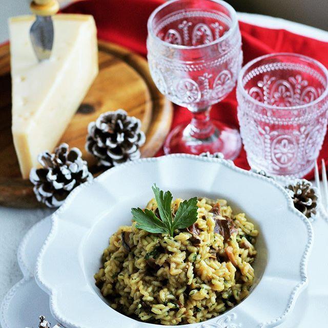 Il risotto con Grana Padano e funghi porcini è un grande classico di questa stagione.  Ottimo con un buon bicchiere di vino rosso, è un buonissimo primo piatto per i vostri menu delle feste. 🎄 #NataleConGranaPadano
