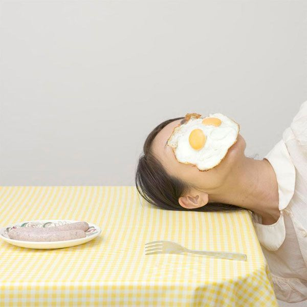 Casalinghe disperate le donne di Mitsuko? Con il volto celato da un uovo fritto, da un ferro da stiro ma anche dalla salvietta per asciugarsi i capelli o