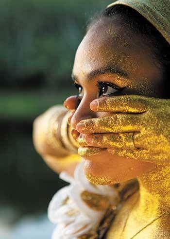 Sou filha de oxum, a maternal na sua essência, aquela que brilha como o ouro, iluminada como o sol, a força das águas, a que não tolera injustiça, as vezes escondo no meu sorriso as dores da alma,a que quando chega irradia com sua presença, alegria...