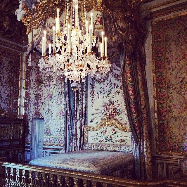 一般人のお部屋のサイズだったら可愛いのに、宮殿の大きさだと圧迫感がすごいのよ。笑  #france#pari#trip#ベルサイユ宮殿#マリーアントワネット#宮殿#ベッド#寝室#インテリア