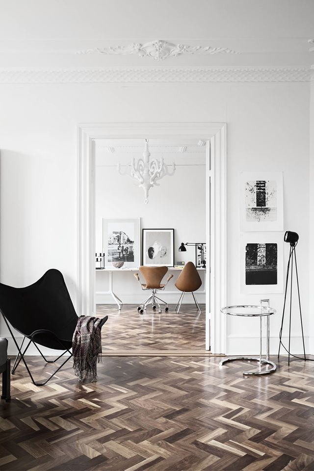 Eileen Gray sidetable. Arne Jacobsen office chairs + Hay office tables.