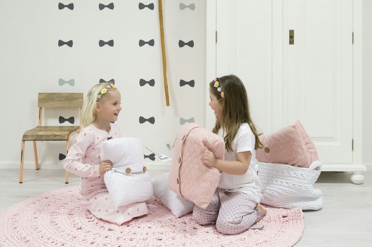 Zoet en roze, meisjes kinderkamer! Styling van kinderkamer in stijl. Roze gehaakt vloerkleed arab en handige opbergmanden van naco.