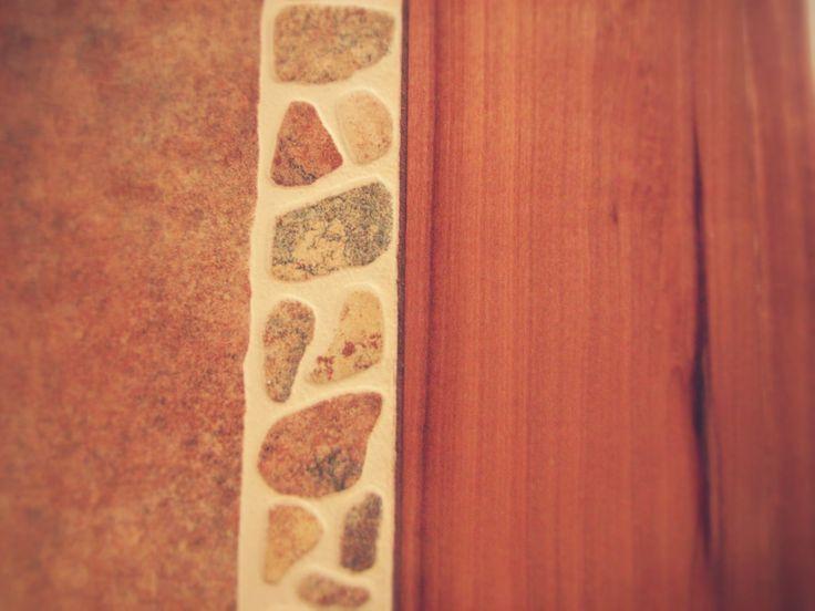 Detalle cubierta,  cerámico y madera de raulí.