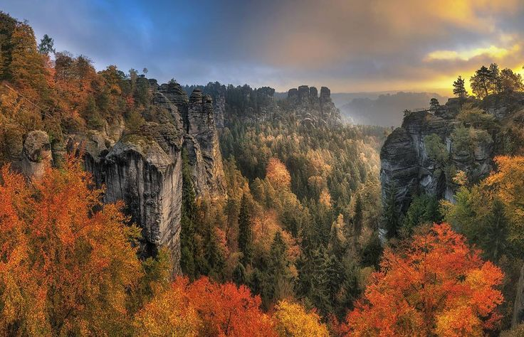 That's why so many people love autumn: because of these colours . . . #saechsischeschweiz #saxonyswitzerland #simplysaxony #sogehtsaechsisch #elbsandsteingebirge #bastei #Herbst #autumncolors #elbe