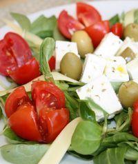 Receita de Salada Grega Tradicional Uma bela salada Grega, com um custo bastante económico! Esta é uma boa solução para uma refeição ligeira e saudável. Muito boa solução para um almoço de Verão com amigos. Receita completa em http://www.receitasja.com/receita-de-salada-grega-tradicional/