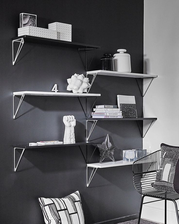 Pythagoras bracket system in black and white looks truly amazing!✨ #mazeinterior #pythagoras #bracketsystem #brackets #shelf #blackwhite #inspiration #design #interior #swedishdesign #minimalistic #inredning #scandinaviandesign #madeinsweden