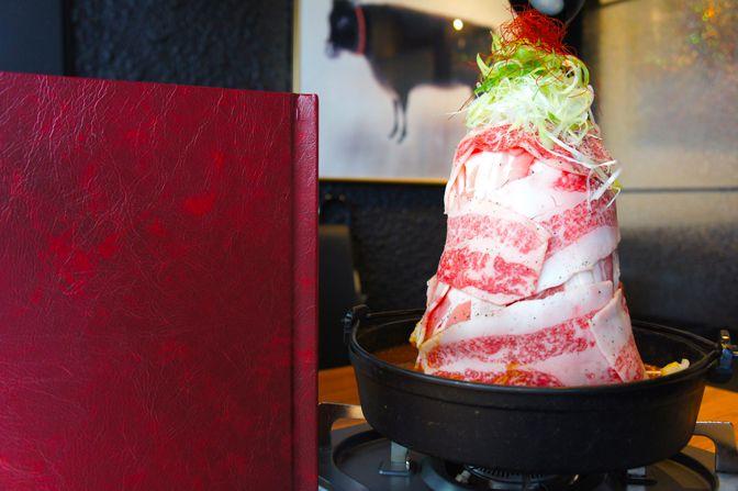 神戸で愛されづける日本三大ブランド牛の「神戸牛」。びいどろではそんな「神戸牛」をリーズナブルなお値段で食べることができます。人気メニューはその神戸牛を使用した肉鍋。味はもちろんですが、高さ28センチほどもある見た目のインパクトをすごいです。神戸牛の脂は他のお肉よりも繊細で融点が低いと言われてるので、舌の上に置いた瞬間に「溶けた」という感覚を是非味わってみてください。(新宿 忘年会)