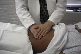 L'examen clinique recherche en palpant votre abdomen si votre foie est perçu, il existe alors une hépatomégalie. L'examen de la peau recherche des signes de complications comme des angiomes stellaires, une circulation veineuse collatérale, un ictère.