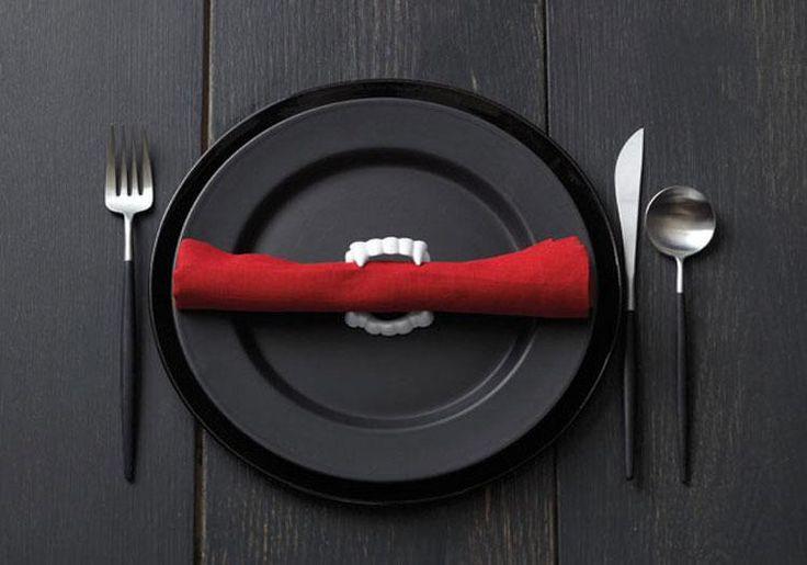 Рецепты на Хэллоуин: очень страшное меню Представьте, что вместо привычного ужина на столе появятся блюда в виде окровавленных частей человеческого тела, различных червяков, пауков, скелетов и прочи...