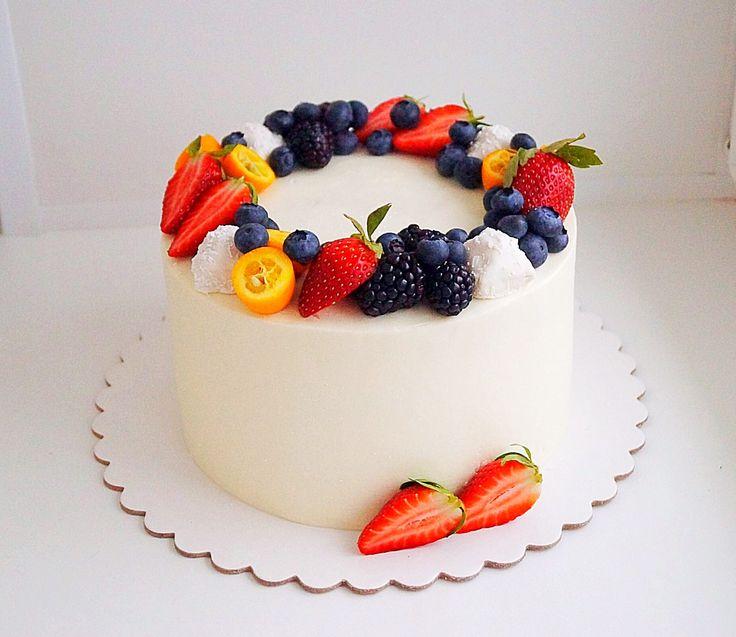 Торт красный бархат с малиной и муссом из белого шоколада. Автор instagram.com/ksenichka_cake