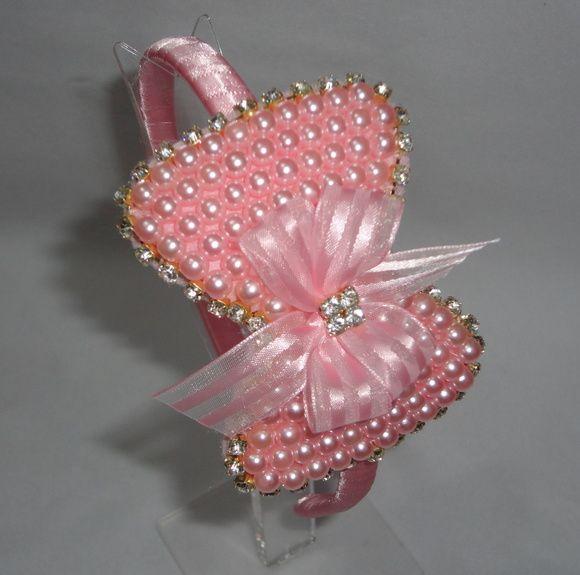 Arco encapado c/ fita de cetim rosa, perolas c/ strass, detalhe laço de fita voal.    O laço mede 10 cm por 7 cm,  O tempo de produção varia de acordo c/ a quantidade p/ mais ou p/ menos. R$ 35,00