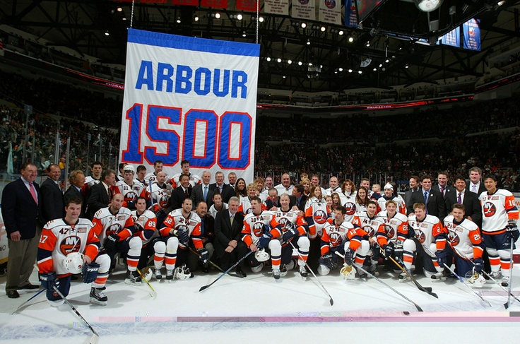 Head coach Al Arbour poses with the New York Islanders, his family and team alumni after defeating the Pittsburgh Penguins during their game on November 3, 2007 at Nassau Coliseum in Uniondale, New York. Arbour signed a one game contract allowing him to coach his 1,500th game for the team.The Isles defeated the Pens 3-2. (Photo by Jim McIsaac/Getty Images)