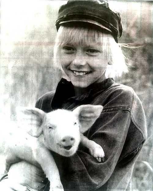 """Emil i Lönneberga, med """"griseknoen""""."""