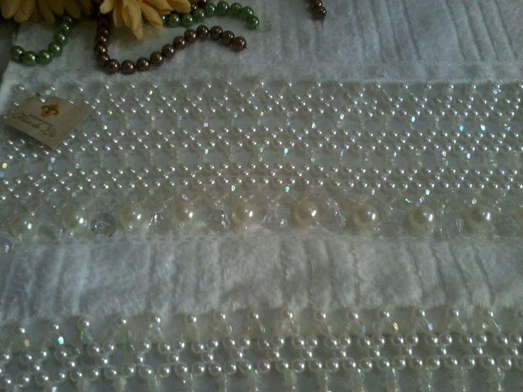 Toalha Lavabo 33 cm x 50 cm 100 % algodão, bordada em pedrarias ? Como, cristais de acrílico, pérolas de Abs, pingente de acrílico transparente e pérolas.