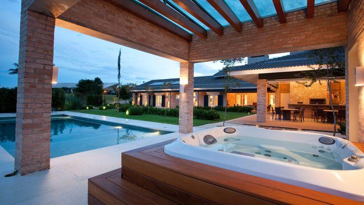 Casa com 900 metros quadrados reúne elementos clássicos, provençais e modernos na decoração