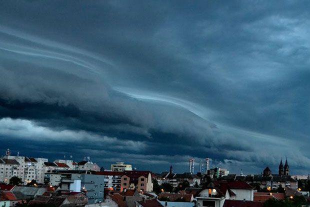 I-am provocat pe prietenii nostri de pe Facebook sa ne trimita cele mai interesante fotografii realizate de ei. Furtuna care s-a abatut asupra Timisoarei in 30 mai a fost un prilej bun pentru fotog...