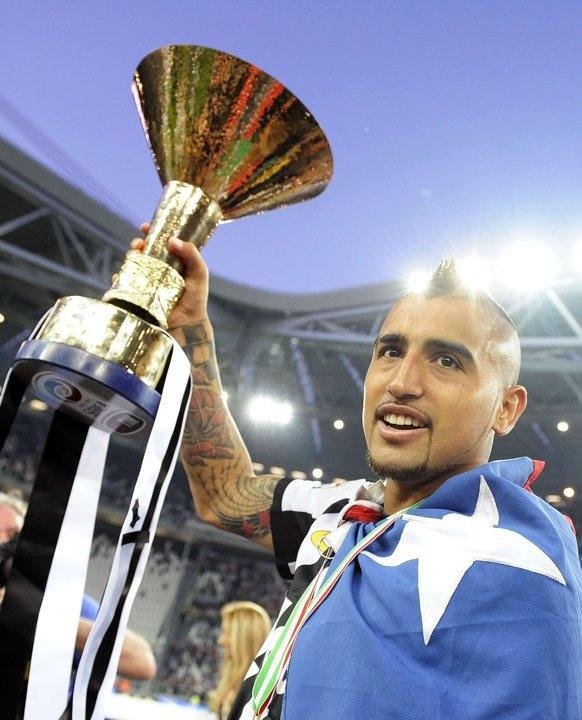 Arturo Vidal con lo scudetto numero 29 (31) nella storia della #Juventus