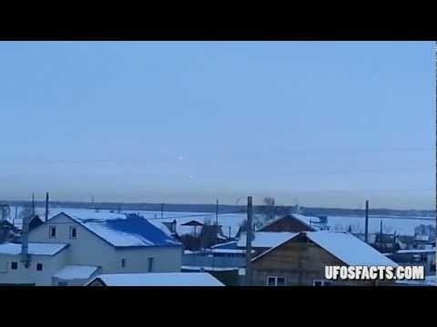 UFOS sobre Montes Urais com Zoom - 1080HD  Três Objetos Voadores Não Identificados (OVNIs) foram vistos ao longo dos Montes Urais, que fica localizada aproximadamente norte-sul através da Rússia ocidental. Um vídeo, gravado em 31 de janeiro, mostra três luzes brilhantes no céu sobre as montanhas.  Uma lástima que a maquina usada para fazer o vídeo não possuísse um Zoom onde poderíamos ver com mais detalhes os objetos em questão.
