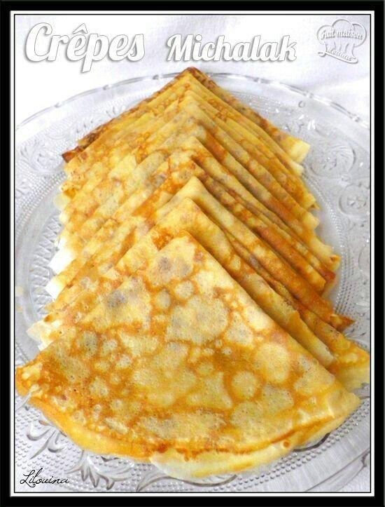 Pâte à crêpes de Michalak Pour 20 pièces environ   Ingrédients:  80 g de beurre 200 g de farine type 55 60 g de sucre glace 1 pincée de sel 50cl de lait entier (ou lait végétal) 2œufs moyens entiers 2 jaunes d'oeufs moyens 1 càs d'eau de fleur d'oranger (ou autre arôme, ou rien)  ou 1 càc d'extrait de vanille  Pour parfumer au chocolat: Ajouter 30 g de cacao amer en poudre à 170 g de farine.   Préparation: Faire fondre le beurre dans une petite casserole jusqu'à une coloration dorée…