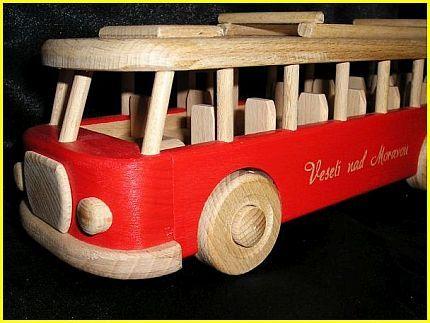autobus hračka červený