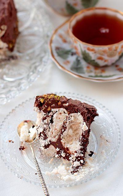 Рецепт этого торта достался моей маме от ее подруги Жени, а той — от ее мамы, так что рецепту лет 100, не меньше. Делали мы этот торт всегда только зимой, потому что его нужно обязательно быстро заморозить, а современных мощных морозилок не было в те времена. Сегодня ничего не мешает печь такой торт хоть круглый год. На самом деле от первоначального рецепта торта осталась только идея, но в конце я приведу оригинальный рецепт крема – возможно кто-то захочет приготовить торт именно так. Торт…