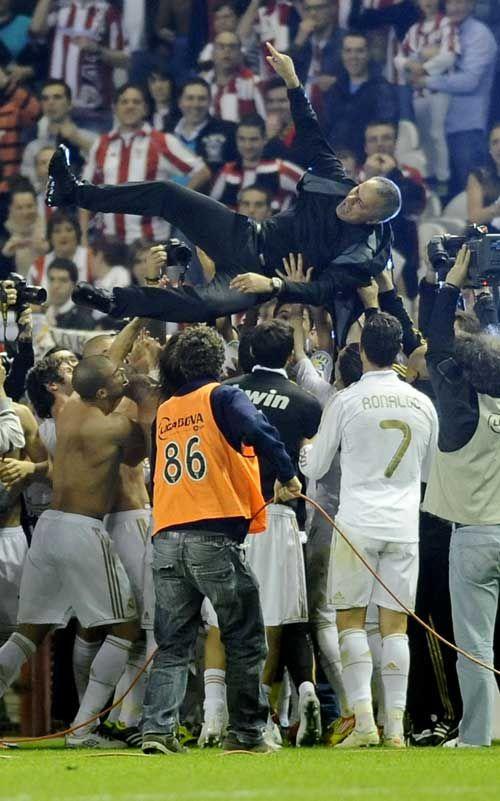 Selebrasi skuad El Real dengan melempar pelatih Jose Mourinho ke udara #Campeone32