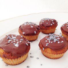 !!! WAAARNING !!! De er sindssygt vanedannende og super lækre. Jeg fortærede 3 da jeg havde lagt glasur på! :p Hahaha Du skal bruge;2,5 banan (helst meget modne) 50 g mandelmel 30 g fuldkorns hvedemel 30 g sukrin 20 g vanilje proteinpulver 1 tsk vaniljepulv....