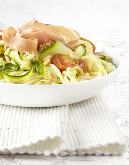 Salade de pâtes aux courgettes et au jambon Serrano