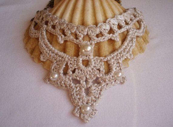 Collar de estilo Victoriano tejido en crochet plata. Ideal para novias el día de su boda. El collar va complementado con abalorios de medias perlas. La cadena es de tono dorado envejecido. Pendientes a juego : https://www.etsy.com/es/listing/202221278/pendientes-plata-pendientes-de-novia MEDIDAS DEL COLLAR Ancho del motivo: 13.5 cms. Altura del motivo: 13 cms. Largo máx. de cadena: 35 cms  PESO DEL COLLAR El peso es muy ligero.