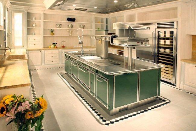 cuisine avec îlot à plans en acier inoxydable