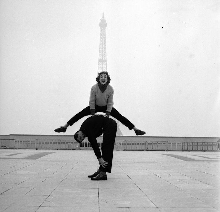 Gli artisti di strada Jean Louis Bert r Grethe Bulow si esibiscono davanti alla Torre Eiffel, nel 1955 ph - Jean Berton/BIPs/Getty Images