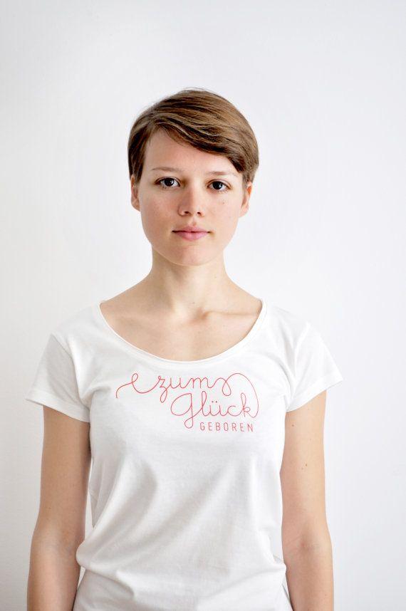 Zum Glück sind wir alle zum Glück geboren. Dieses Shirt ist das Ergebnis der Kooperation von  DÖRTE KAUFMANN und Büro (Für) Gestaltung.