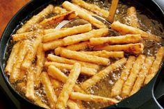 材料(2人分) 大根 1/4本(約300g) にんにくのすりおろし 1/2かけ分 しょうゆ サラダ油 小麦粉 片栗粉 作り方 【1】大根を切り、下味をつける 大根は皮をむき、長さ8㎝、7~8㎜角の棒状に切る。バットに入れて、にんにくとしょうゆ大さじ1をからめて平らにならし、10分ほどおいて味をしみ込ませる。 【2】ころもをつけ、大根を揚げる フライパンにサラダ油を高さ2㎝くらいまで入れ、中温(170~180℃。乾いた菜箸の先を底に当てると、細かい泡がシュワシュワッとまっすぐ出る程度。)に熱する。【1】のバットに小麦粉大さじ3を加えて練り混ぜ、さらに片栗粉適宜をまぶして余分な粉をはたき落とす。ころもをつけたものからフライパンに入れて2分ほど揚げ、くっついているところをはがしながら2~3分揚げる。強火にしてさらに1~2分揚げ、油をきって器に盛る。 (1人分200kcal、塩分1.4g)