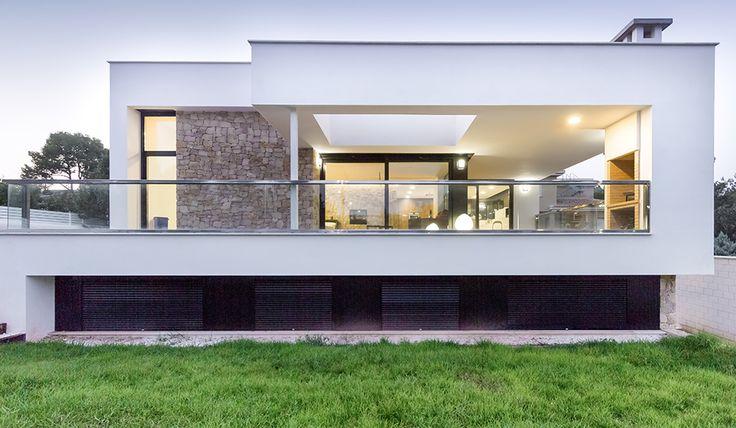 Chiralt arquitectos i vivienda moderna con muro de piedra for Viviendas para terrazas