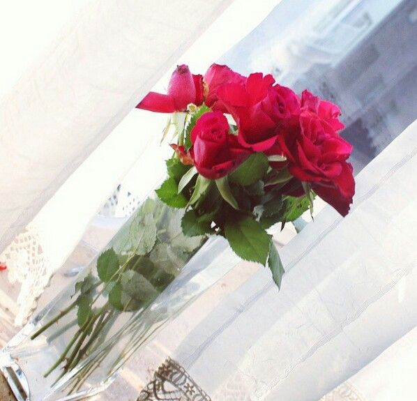 www.fashionablestreets.blogspot.com flowers roses window get inspired home Deco living red home design