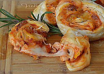 Girelle di sfoglia al gusto pizza ricetta facile e veloce