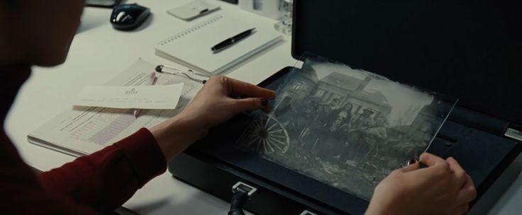 神力女超人Wonder Woman (2017) 黛安娜(Diana)收到布魯斯韋恩(Bruce Wayne)的信件。 #存在於背景的老爺  #蝙蝠俠 #布魯斯韋恩 #信件 #相片 #神力女超人 #Wonder Woman #電影 #brucewayne #batman #background