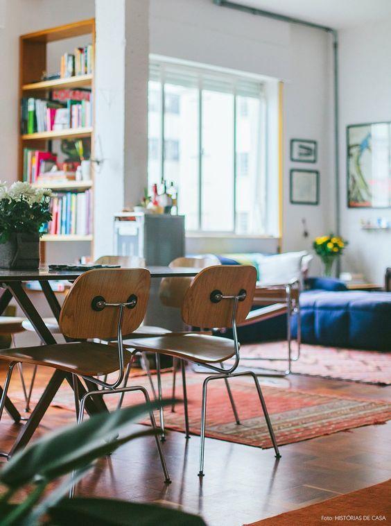 09-decoracao-sala-estante-vazada-cadeiras-madeira:
