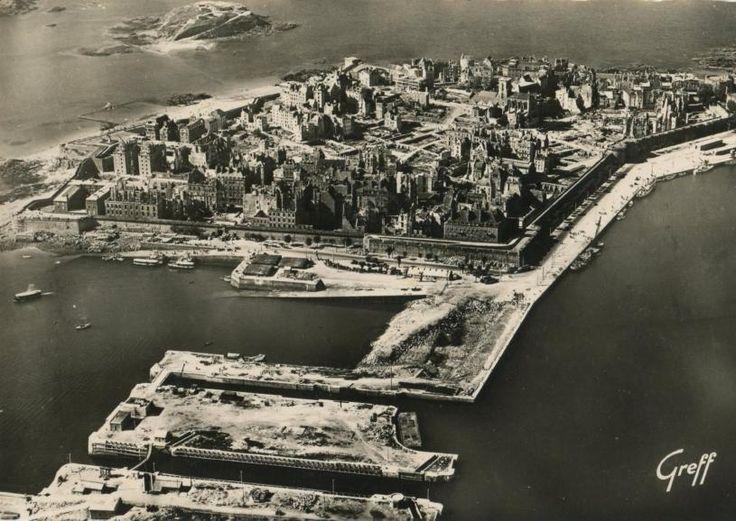 """Saint-Malo, vue aérienne après les bombardements """"liberateurs"""" d'Aout 1944"""