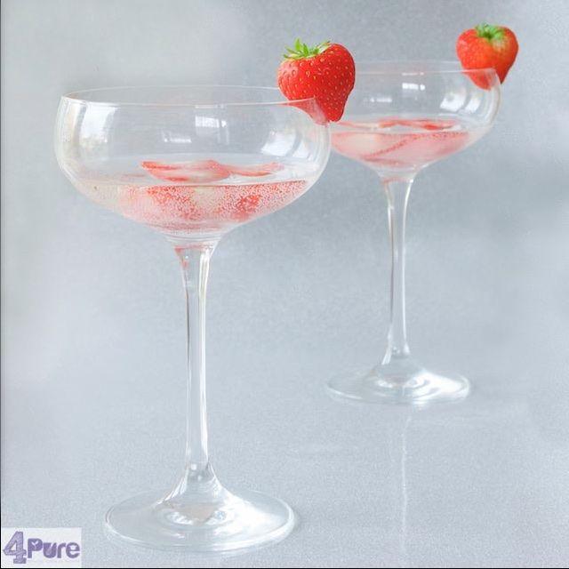 Strawberry prosecco cocktail, a great drink to begin the New Years. This New Years Eve recipe is in English.  Aardbeien prosecco cocktail, een heerlijk drankje om het oude jaar mee uit te luiden. Recept ook in nederlands