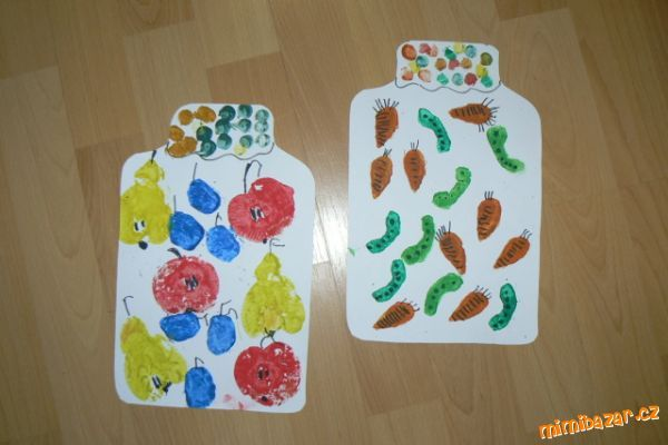 Tvoření s dětmi - zavařujeme ovoce a zeleninu Stačí bíly tvrdý papír,temperové barvičky,fix nebo pastelky,půlka malých jablíček nebo hrušek,popř.na ostatní ovoce a zeleninku si vyrobíme razítka z brambor. Vystřihneme si tvar zavařovací sklenice,půlky jablíček a hrušek použijeme jako tiskátka,které natřeme barvou,otiskneme a zavaříme do sklenice.Pecky a stopku domalujeme fixou nebo pastelkou.Hrdlo sklenice můžeme také dozdobit,klidně i látkou.