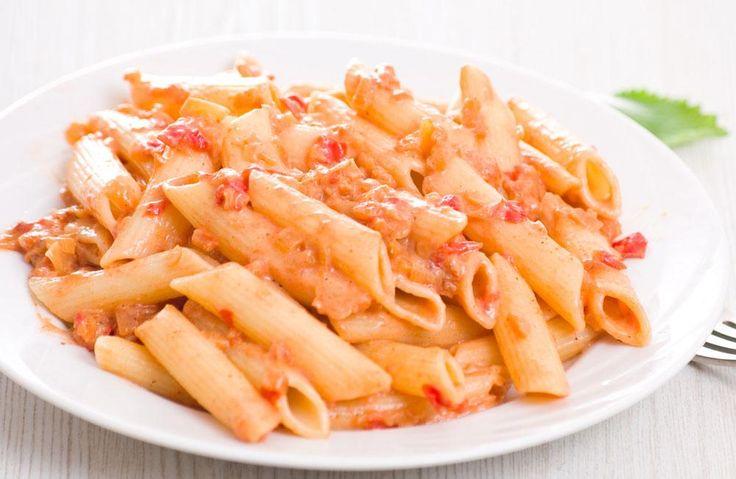Essayez cette recette simple de pâtes sauce rosée aux légumes, pour les soirs pressés où vous avez seulement une boîte de pâtes dans l'armoire.