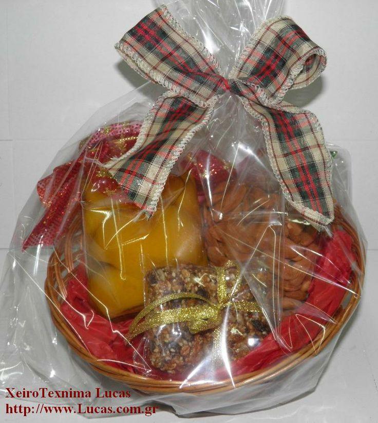 Καλάθι με μαρμελάδες και γλυκά για τα χριστούγεννα