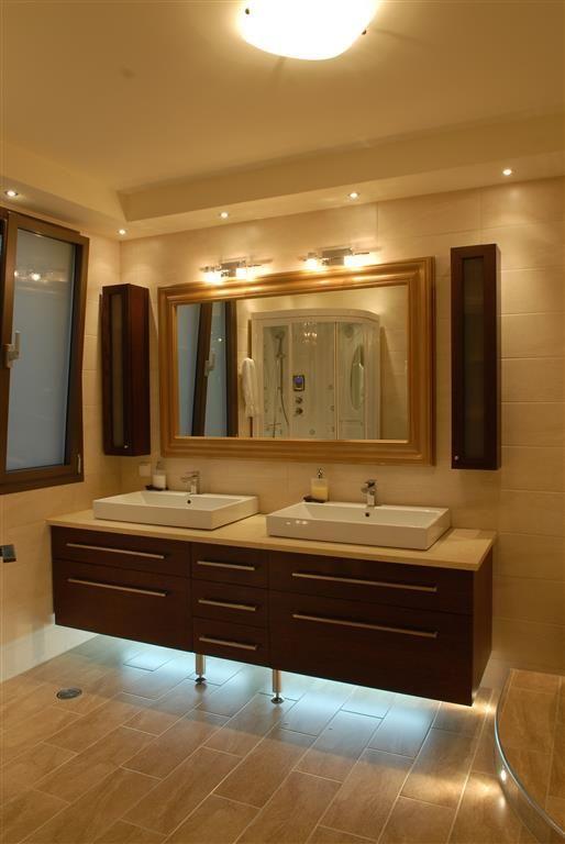 Κρεμαστό έπιπλο μπάνιου με συρτάρια από δρυ.