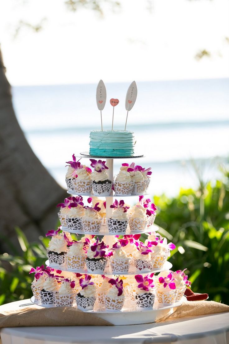 Beach wedding cupcakes - love the details on these!