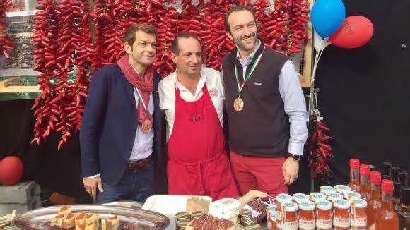 A toutes saveurs. Le piment d'Espelette et la cuisine d'ailleurs des femmes d'ici Laurent Mariotte, Ramuntxo et Cédric Béchade. (LAURENT MARIOTTE / RADIO FRANCE) La fête du piment d'Espelette, le poivre du Pays basque, avait lieu le week-end dernier. Laurent Mariotte nous en a rapporté pour mieux le connaître et le cuisiner.